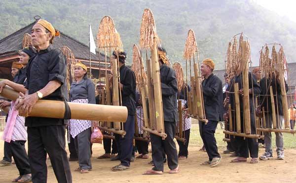 ANGKLUNG dan SAUNG ANGKLUNG UDJO | Kekayaan Seni Musik di Jawa Barat